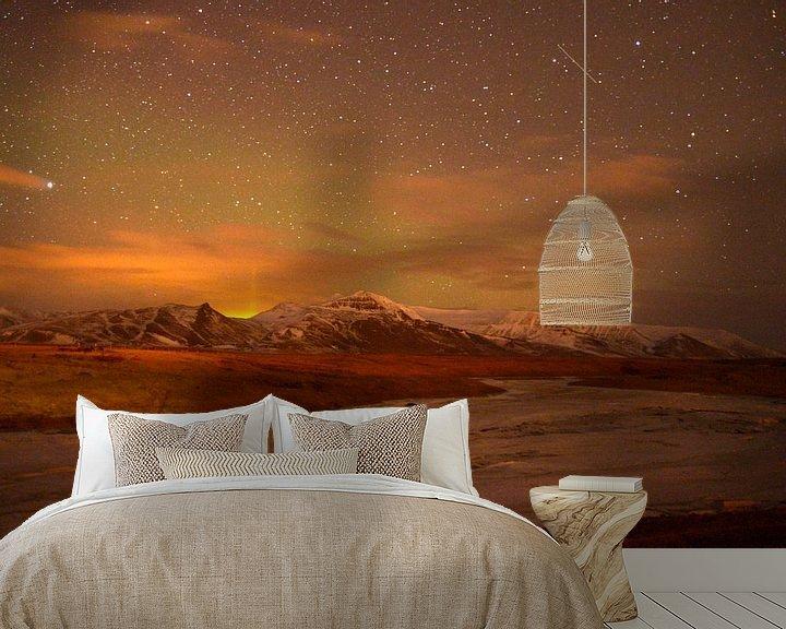 Sfeerimpressie behang: Noorderlicht boven IJslands landschap van Hannie Bom