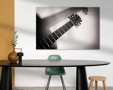 Schaduwspel Hohner gitaar ll van Annemiek van Eeden