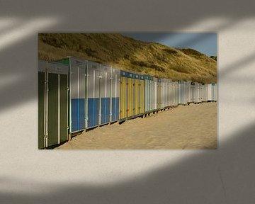 Strandhuisjes in scala aan kleuren op het strand sur Tonko Oosterink