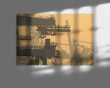 Kranen bij Pernis in het havengebied van Rotterdam van Remco Swiers