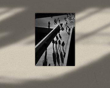 Lopende mensen (zwart wit) van Marc Smits