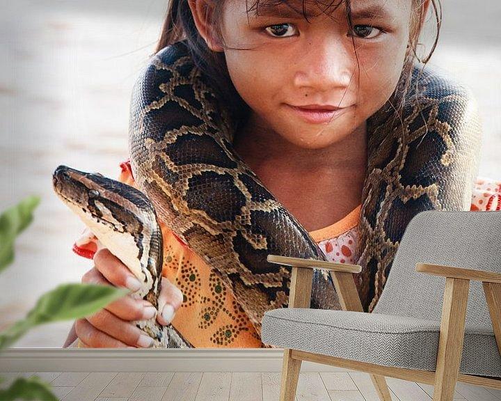 Sfeerimpressie behang: Meisje met boa constrictor van Eddie Meijer