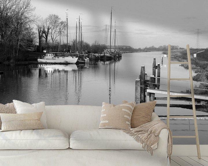Sfeerimpressie behang: uitzicht met boten en een stijger bij Garnwerd van E.M Hak