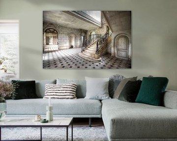 Wirbelnde Treppe in einem verlassenen Schloss. von Roman Robroek