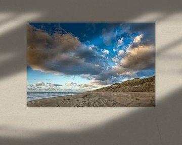 Wolken, strand met de Noordzee en de duinen sur eric van der eijk