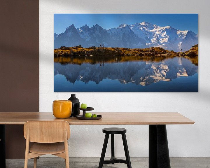 Sfeerimpressie: Wandelaars bij bergmeer Mont Blanc van Menno Boermans