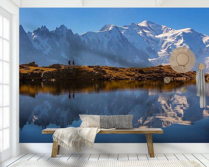Sfeerimpressie behang: Wandelaars bij bergmeer Mont Blanc van Menno Boermans