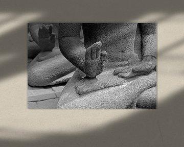 handen van een boeddha op Java sur laura van klooster