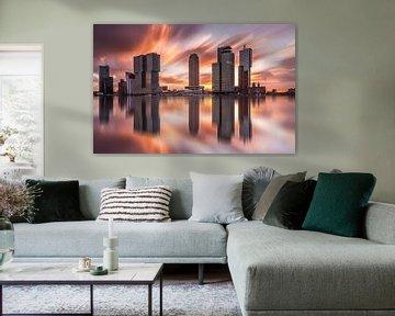 skyline van rotterdam bij zonsopkomst