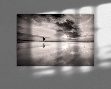 wandelen op het Noordzeestrand bij een ondergaande zon von eric van der eijk