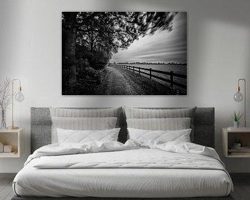 Landweggetje met hek (Zwart-wit) van John Verbruggen