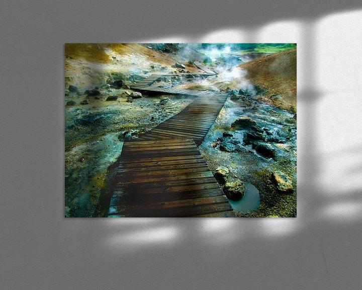 Sfeerimpressie: Vlonder wandelpad over borrelende modderpoelen en warmwaterbron in IJsland van Rietje Bulthuis