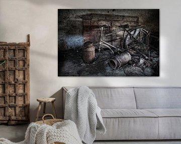 Ein altes Fahrrad in einem verlassenen Dachboden von Eus Driessen