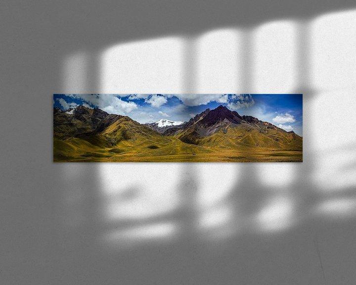 Sfeerimpressie: Zeer breed panorama van het Andesgebergte in Peru van Rietje Bulthuis