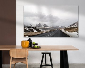 weg in het winterandschap in ijsland