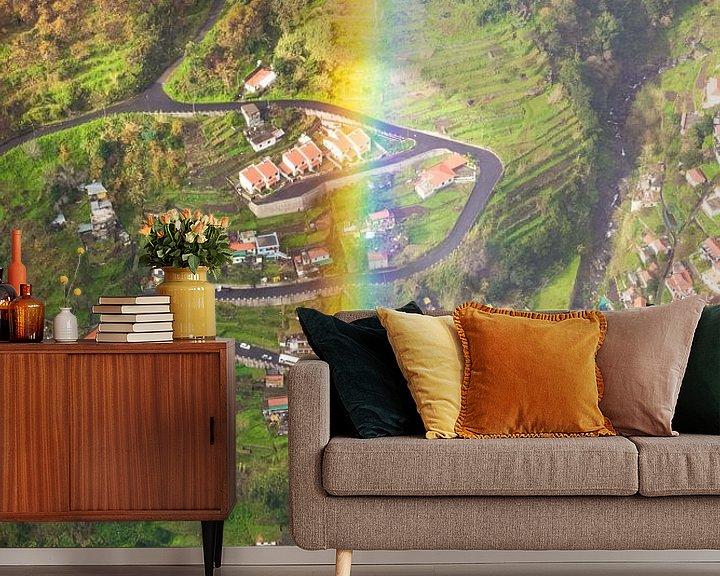 Sfeerimpressie behang: Regenboog in de bergen van Michel van Kooten