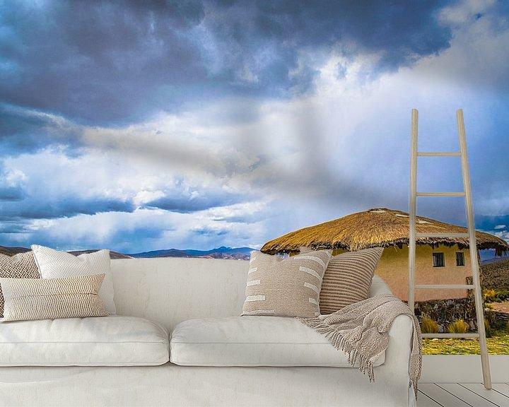 Beispiel fototapete: Bedrohlich Himmel über traditionelle Rundhütte auf dem Hochplateau der Anden, Peru von Rietje Bulthuis