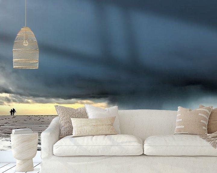Sfeerimpressie behang: Donkere wolken met wandelaars op het strand van eric van der eijk