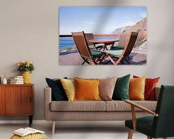 terras aan zee met houten stoelen van ChrisWillemsen