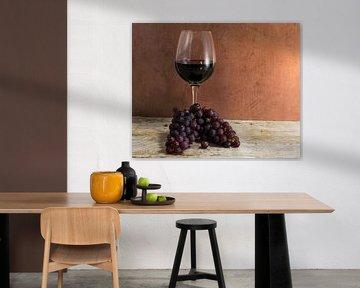 Glas Rotwein mit Weintrauben