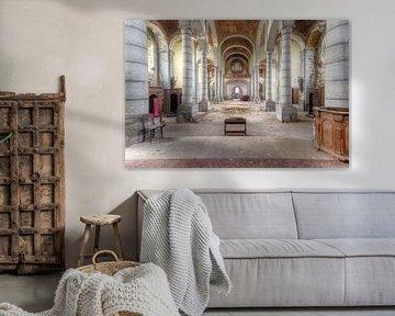 Bezoek aan de Verlaten Kerk. van Roman Robroek
