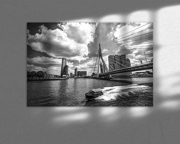 Wassertaxi an der Erasmus-Brücke in Rotterdam von Michèle Huge