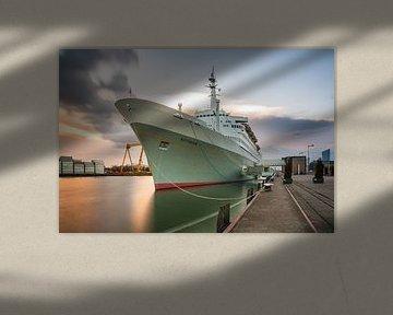SS Rotterdam bij zonsondergang