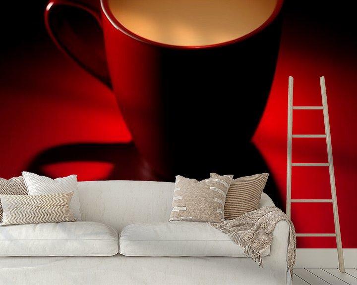 Sfeerimpressie behang: serie Simply Red, titel Evenbeel (rode koffiekop) van Kristian Hoekman