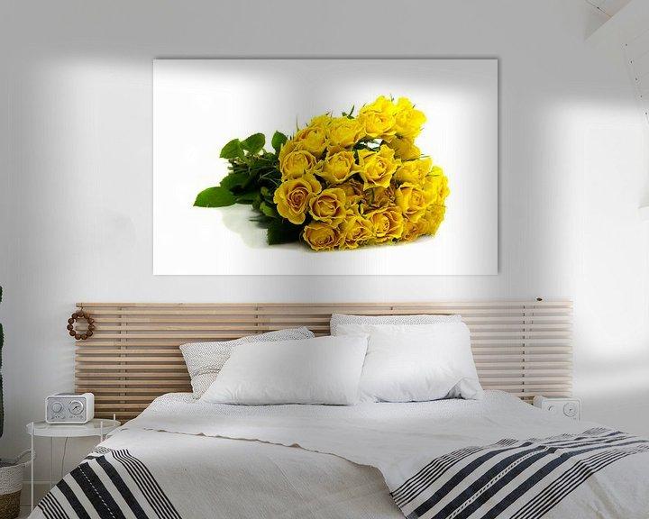 Sfeerimpressie: bos gele rozen op witte achtergrond van Compuinfoto .