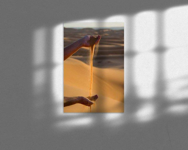 Sfeerimpressie: Handen spelen met Sahara zand. van Ton de Koning