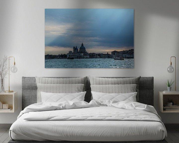 Sfeerimpressie: Venetië met prachtige zonnestralen . van Ton de Koning