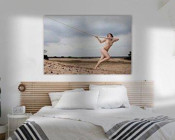 Artistiek naakt op een zandvlakte met een touw van Arjan Groot