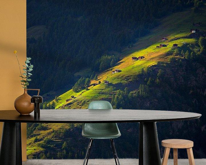 Sfeerimpressie behang: Laatste zonnestralen op bergweide van Menno Boermans
