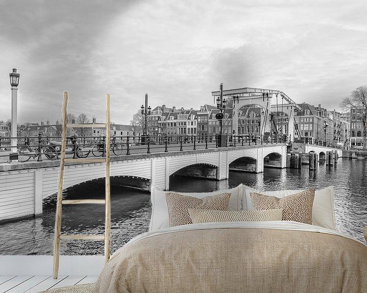 Sfeerimpressie behang: Zijaanzicht  van de Magere Brug in Amsterdam. van Don Fonzarelli