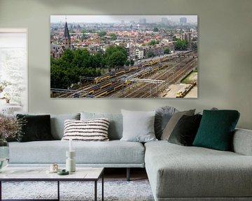 Zicht op Amsterdam en het spoor nabij Centraal Station von Reinder Weidijk