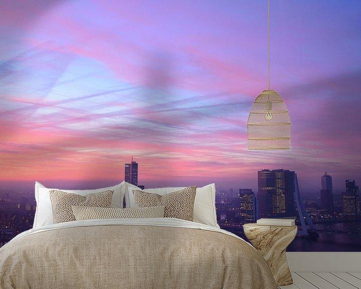 Sfeerimpressie behang: Karmozijn gekleurde lucht boven Rotterdam van Marcel van Duinen