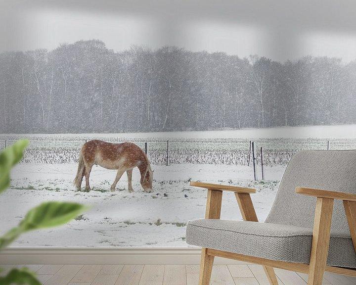 Sfeerimpressie behang: Grazen in de sneeuw van Mark Bolijn