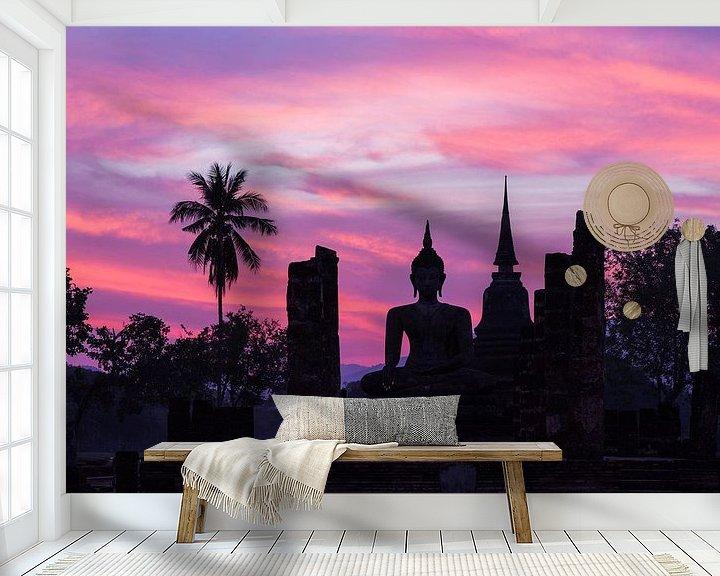 Sfeerimpressie behang: Boeddha beeld bij zonsondergang in Sukhothai, Thailand van Johan Zwarthoed