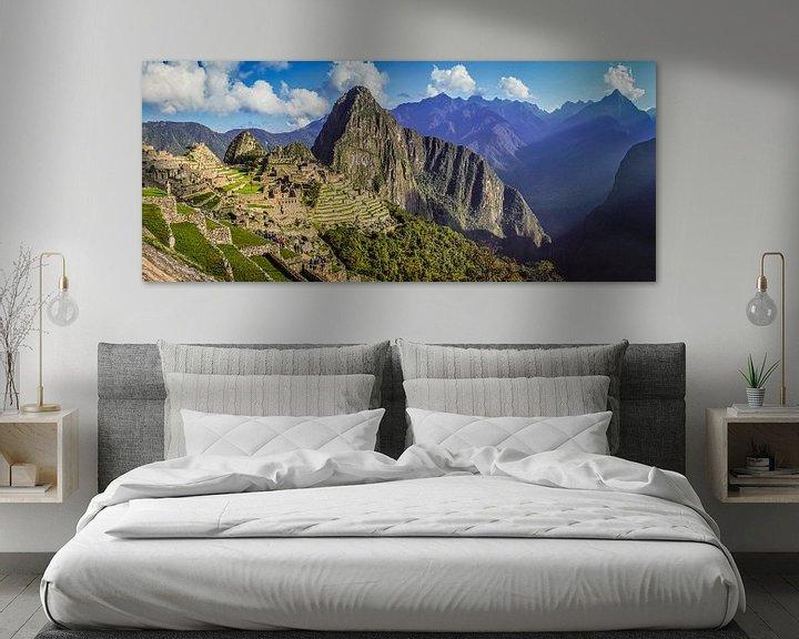 Sfeerimpressie: Breed panorama op de verborgen stad Machu Picchu, Peru van Rietje Bulthuis