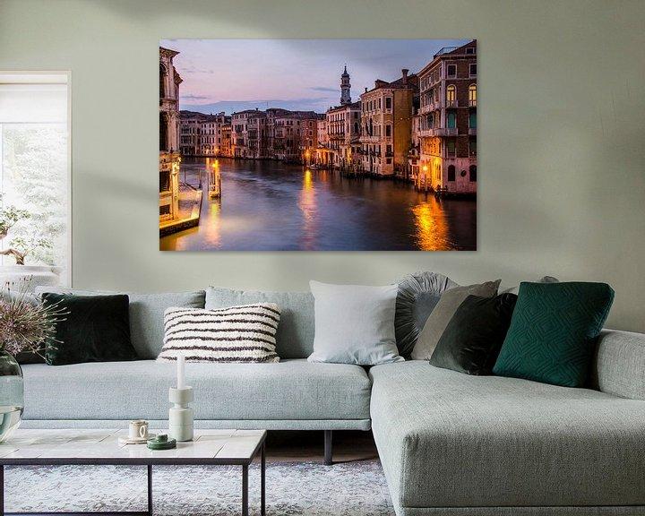 Sfeerimpressie: Canal Grande in avondlicht - Venetië van Ton de Koning