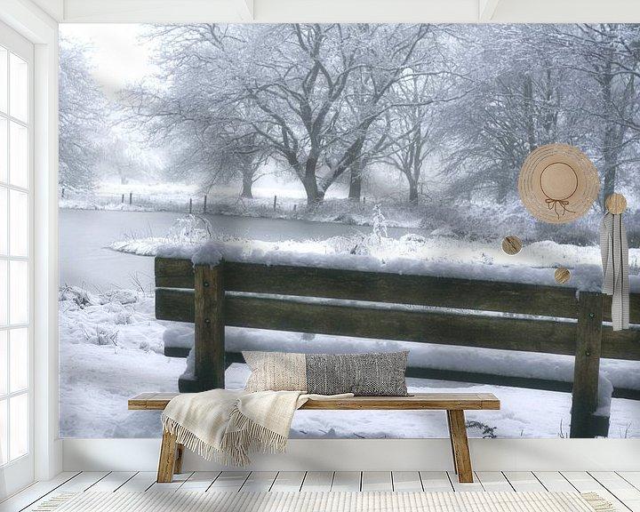 Sfeerimpressie behang: bankje met uitkijk over bevroren meertje van Alfred Stenekes