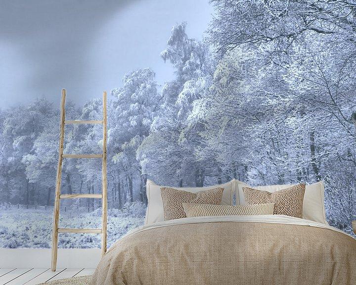 Sfeerimpressie behang: bospad met sneeuw beschenen van Alfred Stenekes