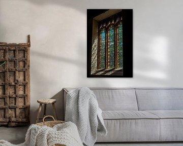 Glas in lood raam in oud kerkje in een klein dorpje in Devon, Engeland von Hein Fleuren
