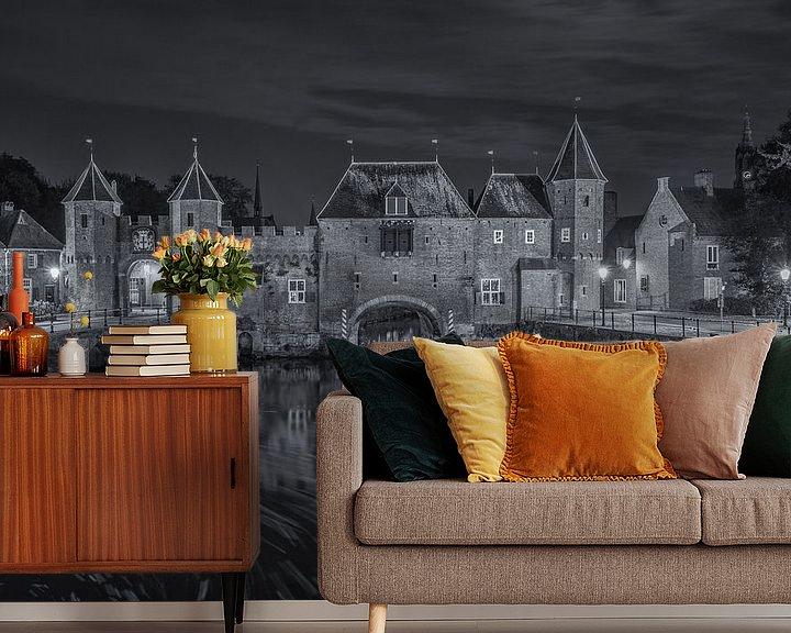 Sfeerimpressie behang: De Koppelpoort in Amersfoort in de avond - zwart-wit van Tux Photography