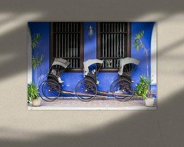 Riksja's voor muur van Cheong Fatt Tze Mansion van Johan Zwarthoed