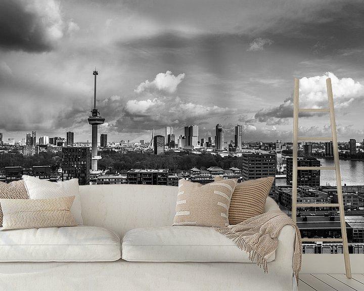 Sfeerimpressie behang: Regen en zon boven Rotterdam van Ton de Koning
