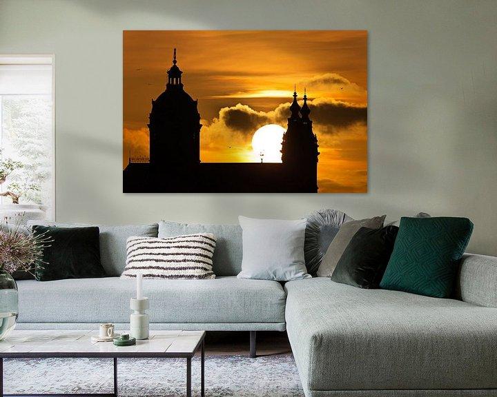 Sfeerimpressie: St. Nicolaaskerk tijdens zonsondergang te Amsterdam van Anton de Zeeuw