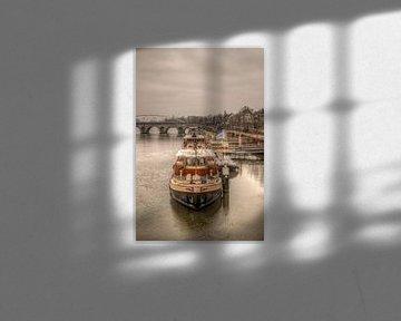 Rondvaartboten bij Maastricht met op de achtergrond de Sint Servaasbrug van John Kreukniet