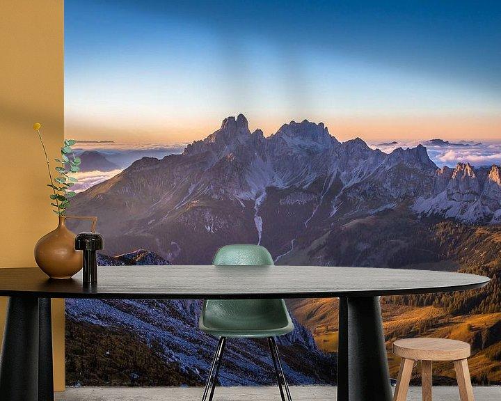 """Sfeerimpressie behang: Berglandschap  """"In Het Laatste Licht"""" van Coen Weesjes"""
