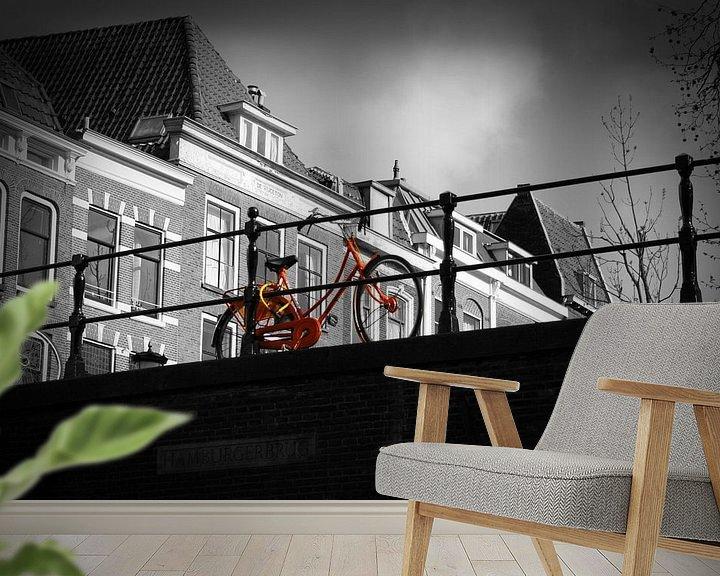 Sfeerimpressie behang: Oranje fiets van Jasper Hovenga